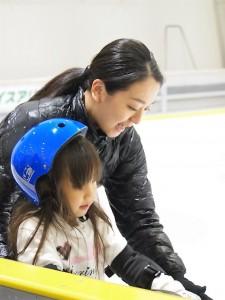 子供に寄り添って歩き方を教える浅田真央