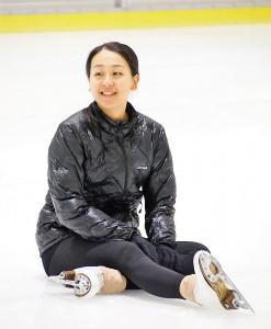 スケート教室で転んだときの立ち上がり方を教える浅田真央
