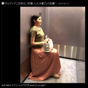 エレベーターの中で空気椅子をするアンミカ(画像は『AHN MIKA 2018年8月19日付オフィシャルブログ「モルディブ二日目☆二枚買いした水着で」』のスクリーンショット)