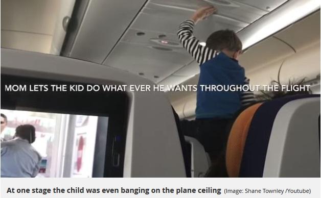 叫び続ける男児に周りの乗客はウンザリ(画像は『Mirror 2018年2月14日付「Passengers forced to endure 'demonic' child's screams for eight hours after he throws mega tantrum on flight」(Image: Shane Townley /Youtube)』のスクリーンショット)