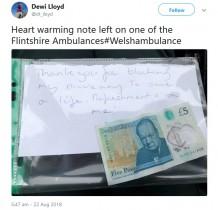 【海外発!Breaking News】「どうぞお茶でも飲んで」停車中の救急車に5ポンド札とメモが貼りつけられる(英)
