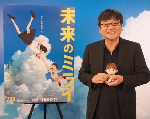 細田守監督と『未来のミライ』のポスター(画像は『スタジオ地図 2018年7月27日付Instagram「\大ヒット上映中!!/」』のスクリーンショット)