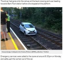 【海外発!Breaking News】踏切を誤って曲がり、線路を走行した高齢ドライバー(英)