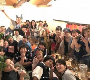 帰国した野沢直子を囲んで(画像は『モーリーちゃん 2018年7月31日付Instagram「大尊敬の先輩芸人 お初の後輩芸人 いつもの飲んだくれ芸人 皆大好き」』のスクリーンショット)