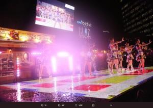 雨の中、ステージに立つSKE48の6期生9名(画像は『鎌田菜月 2018年8月8日付Twitter「赤坂で雨の中ライブしてたのはSKE48です」』のスクリーンショット)
