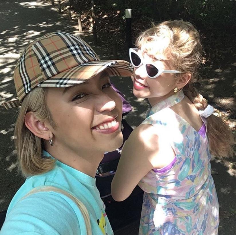 親子3人で「たのしいお出かけ&ベビーカーデビューになりました」とぺこ(画像は『Peco Okuhira Tetsuko 2018年8月18日付Instagram「今日はリンクの1ヶ月検診へ!」』のスクリーンショット)
