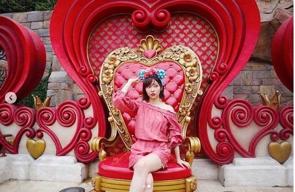 指原莉乃「#この椅子はこのポーズでいいのか? の顔」(画像は『Rino Sashihara 2018年8月21日付Instagram「派手めな椅子に座って複雑な顔してる。。」』のスクリーンショット)