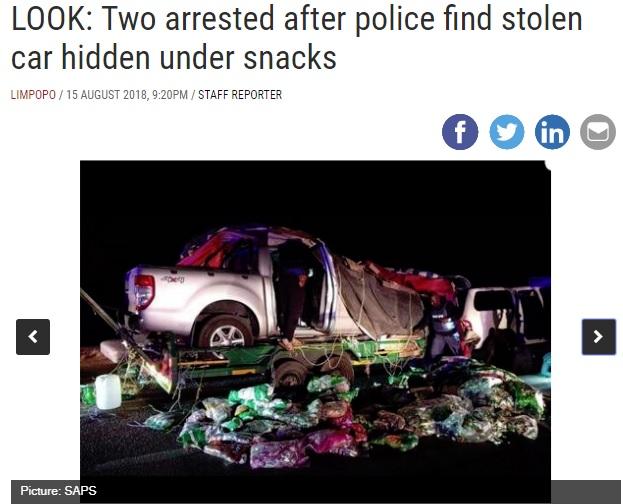 シートをめくると大量のスナック菓子が!(画像は『IOL News 2018年8月15日付「LOOK: Two arrested after police find stolen car hidden under snacks」(Picture:SAPS)』のスクリーンショット)