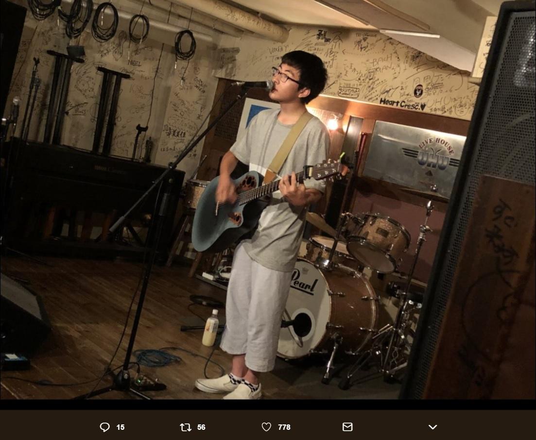 ライブで歌う崎山蒼志(画像は『崎山蒼志 2018年7月15日付Twitter「本日は静岡UHUでライブでした。」』のスクリーンショット)