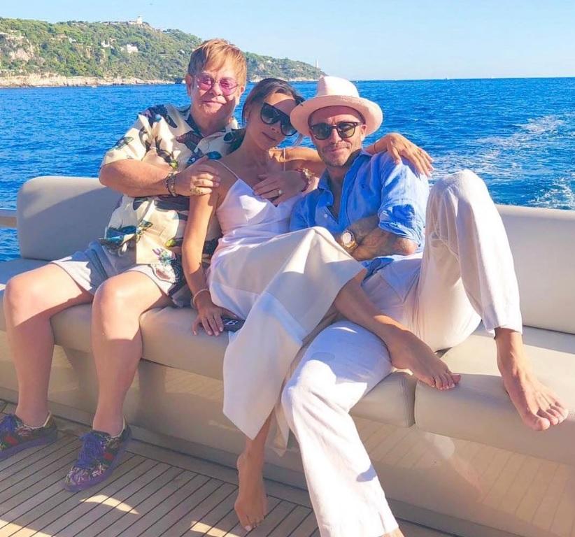 デヴィッドは気づいてない!?(画像は『Victoria Beckham 2018年8月29日付Instagram「We love you @eltonjohn @davidfurnish X kisses x」』のスクリーンショット)