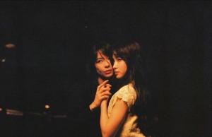 ポスター撮影中の芳根京子と土屋太鳳(画像は『芳根京子 2018年8月16日付Instagram「太鳳ちゃんとのお写真も。」』のスクリーンショット)