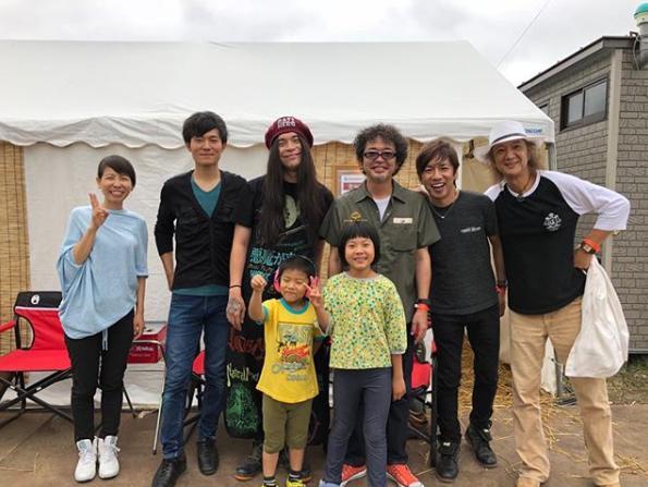 家族バンド・かねあいよよかの4人とKenken、奥田民生、聡一郎(CROSS ROADS)、Char(画像は『RCMR 2018年8月11日付Instagram「ライジングサン!よよかの部屋からスタートしました」』のスクリーンショット)