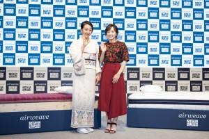 浅田真央はしっとり和装で、石川佳純選手は赤い花柄のトップスにロングスカートで登場