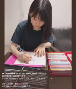 個展に向けて色鉛筆を走らせる小田彩加(画像は『HKT48 小田彩加(ODA) 2018年9月17日付Twitter「個展に向けて毎晩描いてます~」』のスクリーンショット)