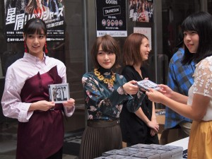 CD販売所に登場した新川優愛と生駒里奈
