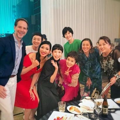 【エンタがビタミン♪】アンミカ、ピーターの豪華ディナーショーへ 大竹しのぶ、久本雅美らと記念写真も