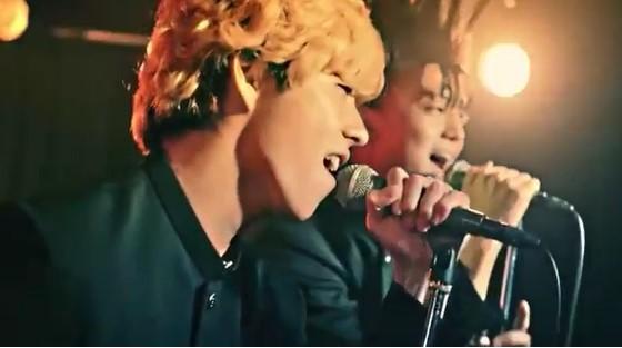 『男の勲章』を熱唱する賀来賢人(画像は『賀来賢人 2018年9月6日付Instagram「主題歌、このバンドです。」』のスクリーンショット)