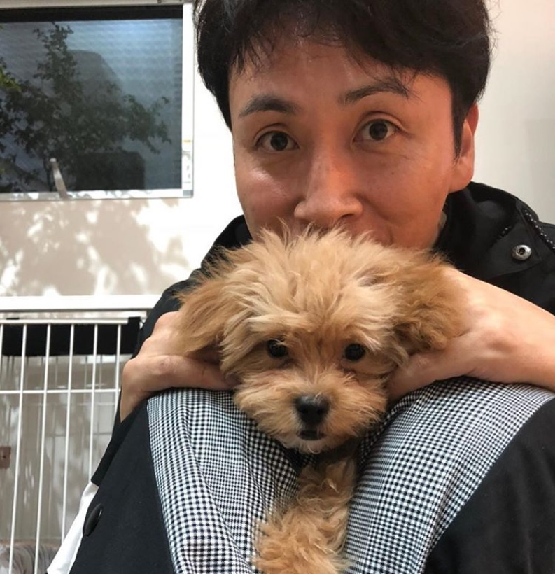 マルプーのネネちゃんと児嶋一哉(画像は『児嶋一哉 2018年9月15日付Instagram「動物嫌いの私が犬を飼う事になった。」』のスクリーンショット)