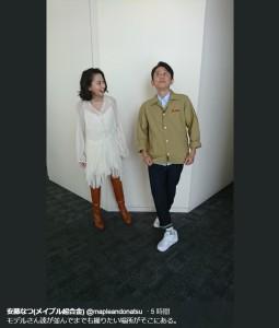 河北麻友子とぎこちないポーズの有吉弘行(画像は『安藤なつ(メイプル超合金) 2018年9月10日付Twitter「モデルさん達が並んでまでも撮りたい場所がそこにある。」』のスクリーンショット)