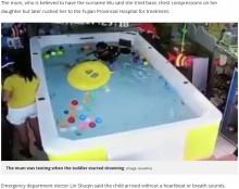【海外発!Breaking News】スマホに夢中の母親、我が子が溺れる姿に気付かず(中国)<動画あり>