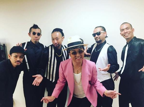 """ムロツヨシが『LIFE!』で披露した""""ムローノ・マーズ""""(画像は『ムロツヨシ 2017年9月18日付Instagram「チームムローノマーズ、みてくれた皆さま、ありがとうございます」』のスクリーンショット)"""