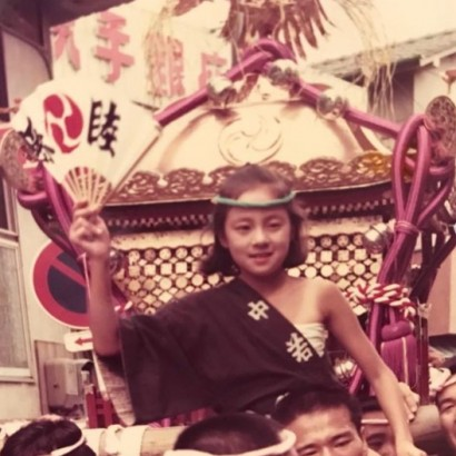 """【エンタがビタミン♪】RIKACO""""お祭りガール""""だった幼少期の姿に反響「めちゃめちゃ美少女」"""