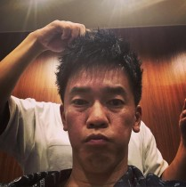 【エンタがビタミン♪】武井壮、世界マスターズ陸上に向け気合の散髪「風の抵抗収まるやろか!!」