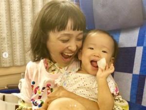 金田朋子と千笑ちゃん(画像は『森渉 2018年9月11日付Instagram「脚がでっかいカエル捕まえたみたいになってる笑」』のスクリーンショット)