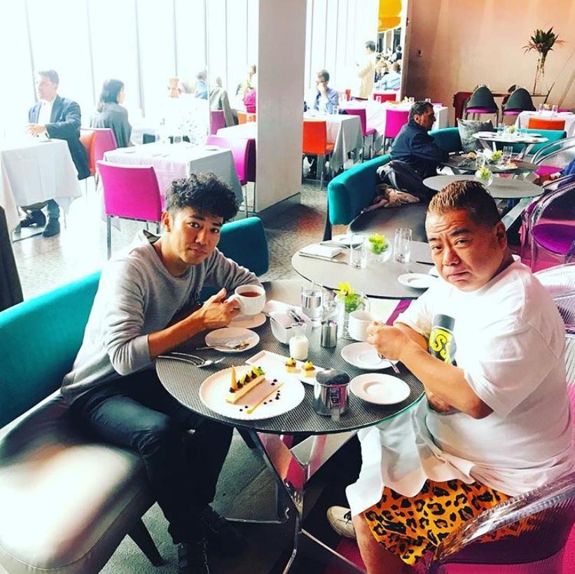 綾部祐二と出川哲朗(画像は『Yuji Ayabe 2018年9月11日付Instagram「Afternoon tea with Tetsuro Degawa in NYC.」』のスクリーンショット)