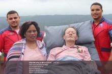 【海外発!Breaking News】寝たきりの父を救急車で結婚式場へ 救急隊の対応に息子号泣(南ア)<動画あり>