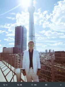本田圭佑のものまねをするじゅんいちダビッドソン(画像は『じゅんいちダビッドソン 2018年10月16日付Twitter「4年は長いですけど、ベテランと若手がどう融合して、ウルグアイに通用するのか、楽しみ。」』のスクリーンショット)