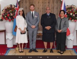 フィジー共和国ジオジ・コンロテ大統領夫妻との4ショット(画像は『Kensington Palace 2018年10月23日付Twitter「At Borron House, The Duke and Duchess of Sussex called on President Jioji Konrote and First Lady Faga Sarote, at the start of #RoyalVisitFiji.」』のスクリーンショット)