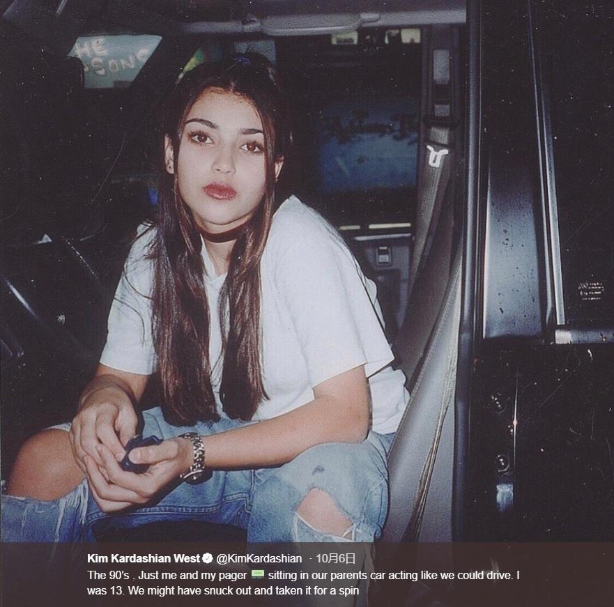 90年代のあどけないキム(画像は『Kim Kardashian West 2018年10月6日付Twitter「The 90's . Just me and my pager sitting in our parents car acting like we could drive.」』のスクリーンショット)