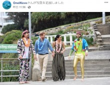 【イタすぎるセレブ達】メーガン妃、マキシ丈ワンピースで公務へ 王室タブーの素足で砂浜を歩く姿も