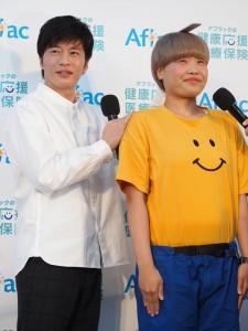田中圭に身長を測定してもらうガンバレルーヤ・まひる