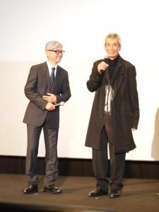 舞台挨拶中に談笑する堤幸彦監督と田中泯