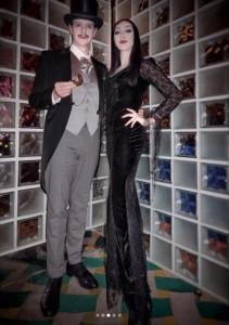 ゴメズ&モーティシアに扮したアンミカ夫妻(画像は『Mika Ahn 2018年10月28日付Instagram「昨夜は【大人の本気ハロウィン2018】」』のスクリーンショット)