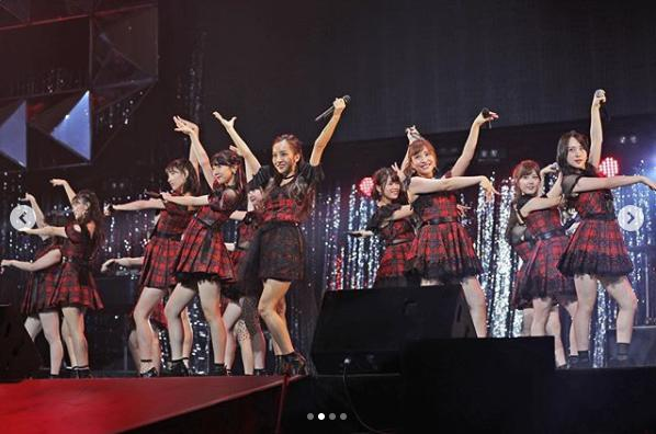 "AKB48""ACO選抜""でセンターの板野友美と並ぶ柏木由紀、河西智美(画像は『和田アキ子 2018年10月18日付Instagram「#WADAfes #AKB48 #AKO選抜」』のスクリーンショット)"