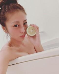 入浴中の熊切あさ美(画像は『熊切あさ美 2018年10月8日付Instagram「無農薬のレモンを頂いたから今夜はレモン風呂」』のスクリーンショット)