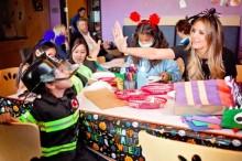"""【イタすぎるセレブ達】""""ハロウィンの女王""""ハイディ・クルムが病院を訪問 入院中の子供達にお祭り気分届ける"""