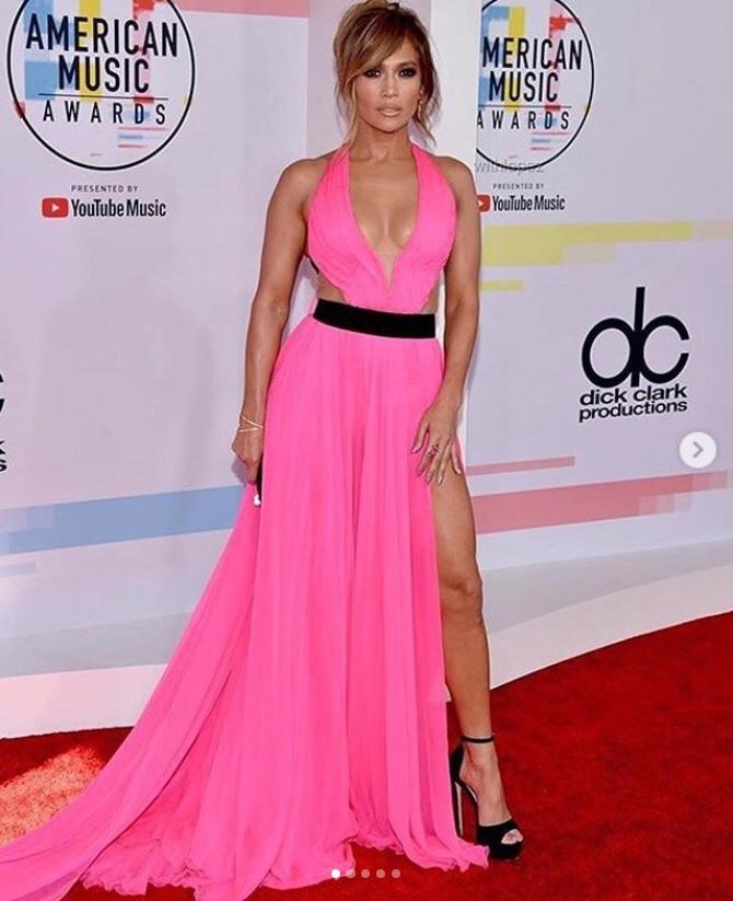 「アメリカン・ミュージック・アワード」でもセクシーなドレス姿を披露(画像は『Jennifer Lopez 2018年10月10日付Instagram「Serving looks...on a Tuesday... #AMAs」』のスクリーンショット)