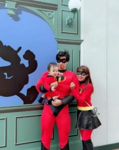 『インクレディブル・ファミリー』の仮装をしたアレク&川崎希と息子(画像は『ALEXANDER(アレクサンダー) 2018年10月8日付Instagram「残念今日年パス使えない!!」』のスクリーンショット)