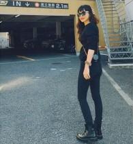 【エンタがビタミン♪】長谷川京子、スタイル抜群の後ろ姿 「買ったばかりのライカ」を肩に掛けて