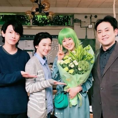 【エンタがビタミン♪】小西真奈美『半分、青い。』クランクアップ写真を公開 グリーンの花束を贈られ笑顔