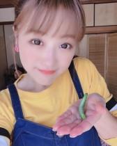 【エンタがビタミン♪】鈴木奈々、芋虫とのツーショットに 「どんな相手でも全力で仕事するよね!」の声
