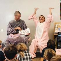 【イタすぎるセレブ達】リース・ウィザースプーン、息子の幼稚園で豚の着ぐるみで読み聞かせ<動画あり>