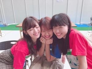 鈴木愛理と矢島舞美に頬で挟まれる岡井千聖(画像は『鈴木愛理 2018年10月20日付Instagram「おはよー!って会った瞬間から、あの頃と何も変わらない距離感で喋り倒しました。笑」』のスクリーンショット)