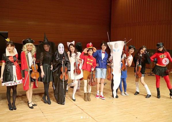 12人のヴァイオリニストがアンコールで披露したハロウィン仮装(画像は『友田絢 2018年10月28日付Instagram「滋賀守山公演お越しくださりありがとうございました!!」』のスクリーンショット)
