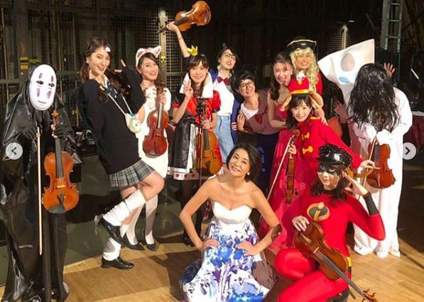 高嶋ちさ子 12人のヴァイオリニストのハロウィン記念写真(画像は『友田絢 2018年10月28日付Instagram「滋賀守山公演お越しくださりありがとうございました!!」』のスクリーンショット)