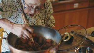 煮物を作る桧山タミさん